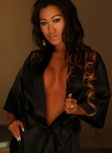Jada Cheng Teases In A Sexy Black Satin And Lace Robe - Picture 5