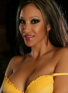 Alluring Vixen Babe Kira Teases In A Sexy But Cute Matching Yellow And White Checkered Bra And Panties - Picture 6