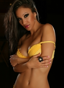 Alluring Vixen Babe Kira Teases In A Sexy But Cute Matching Yellow And White Checkered Bra And Panties - Picture 7