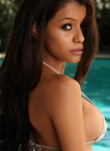Stunning Babe Yari Teases By The Pool In A Sexy Shiny Micro String Bikini - Picture 9